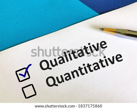 One person is answering question. He is choosing between qualitative and quantitative. Foto d'archivio ©