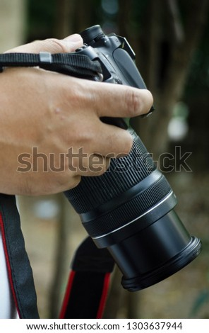One photographer's hand is holding the camera to set the use of photography.