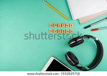 Online course. The phrase is laid out in wooden letters. View from above. Motivation. Copy space.Tablet, Headphones stationery. distance learning. Table Flatlay. Self-study. Stockfoto ©