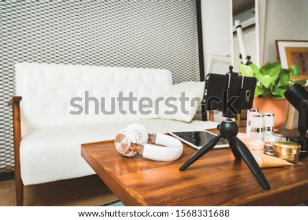 Online live streaming gadgets with copy space