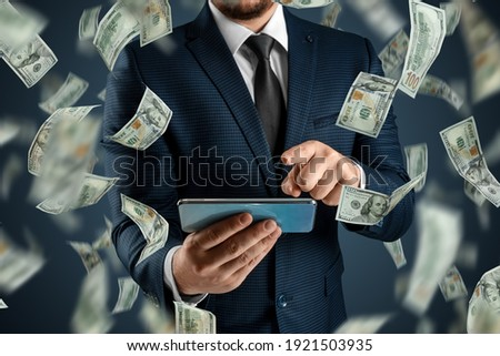 Online sports betting. A man in a suit is holding a smartphone and dollars are falling from the sky. Creative background, gambling Foto stock ©