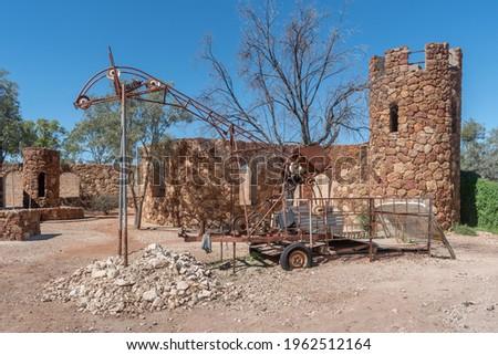 Opal mining equipment at Amigo's Castle in Lightning Ridge, New South Wales, Australia Foto stock ©