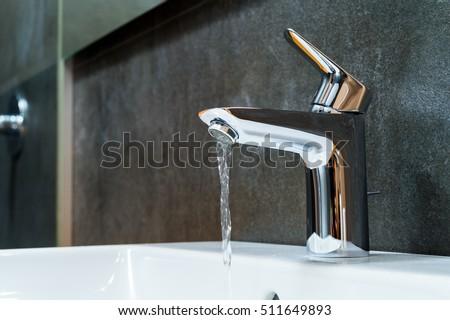 Open chrome faucet washbasin Foto stock ©