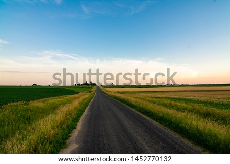 Open country road in rural Illinois as the sun sets.  LaSalle County, Illinois, USA Stockfoto ©