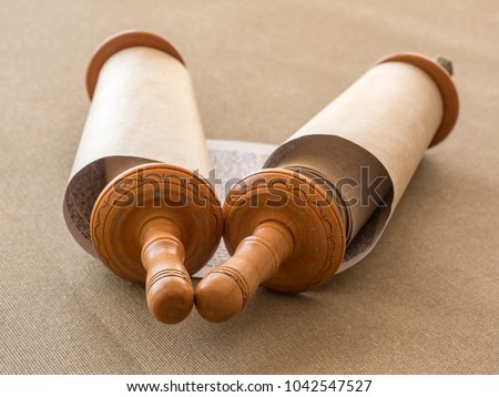 Open Torah scroll on the canvas, the blurred background. Foto stock ©