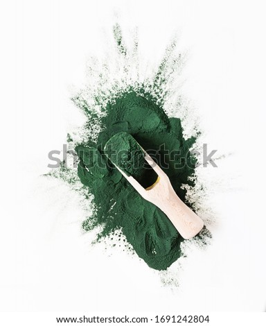 Organic green spirulina powder top view on white background. Super foods, food supplement source of vitamin protein and beta carotene. Foto stock ©
