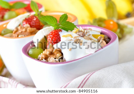 Organic muesli with fresh fruit and yorgurt