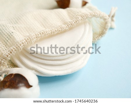 organic pads with cotton on blue background. Zero waste, reusable, eco, makeup remover and washing concept. flat lay, copyspace Stockfoto ©