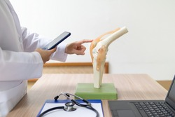 Orthopedic surgeons are looking at appointments for patients who require knee replacement surgery in a mobile phone. To plan for postoperative treatment and to allow patients to live normally.