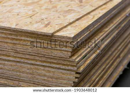 OSB - Oriented Strand Board. Sheet stack in a construction store. Engineered wood product for load-bearing applications in construction Foto d'archivio ©