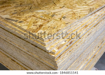 OSB - Oriented strand board. Stacked OSB sheets. Sheet material for the construction of frame houses Stockfoto ©