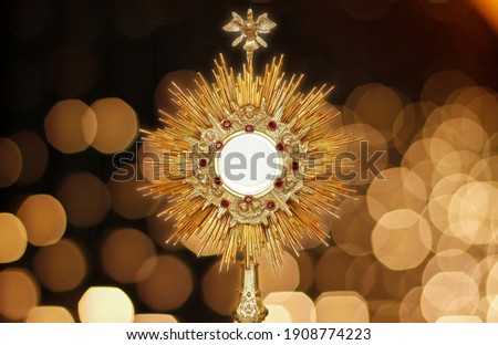 Ostensorium for worship at a Catholic church ceremony - sacred object of devotion and exposure of the Blessed Sacrament Foto stock ©
