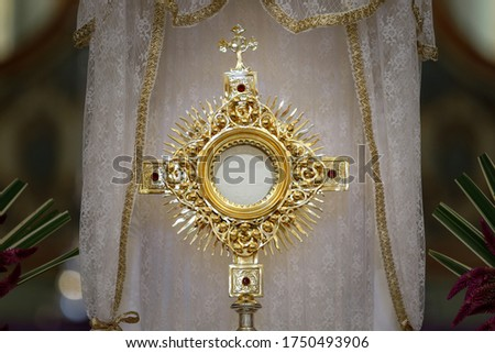 Ostensory for worship at a Catholic church ceremony - Adoration to the Blessed Sacrament - Catholic Church - Eucharistic Holy Hour - Holy Week Photo stock ©