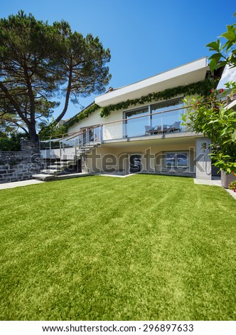 Outside of villa with garden on the lake with berth