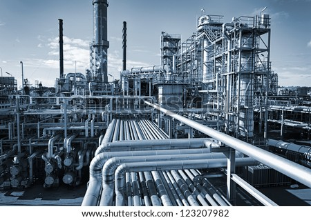 Shutterstock overall view of an oil and gas refinery, pipelines and towers, heavy industry