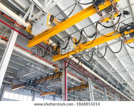 Overhead cranes inside industrial building. Bridge cranes inside hangar Foto stock ©