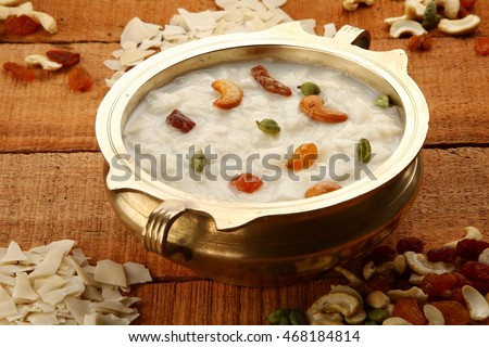 Overhead view--Palada payasam-a delicious  dessert  made with  rice, milk. sugar and dry fruits,South Indian cuisine, served n traditional brass pot,Shallow depth of field photograph. Foto stock ©