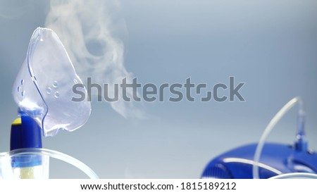Oxygen mask of nebulizer, medical equipment for pneumonia, covid, sars and bronchitis treatment. Inhaler, respiratory pulmonary disease recovery. Flu, cough and bronchial asthma therapy. Foto stock ©