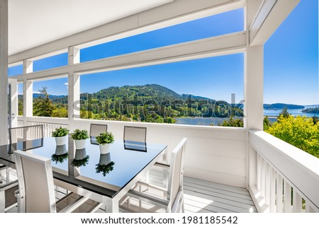 Pacific Northwest home with ocean views blue sky and contemporary construction Foto stock ©