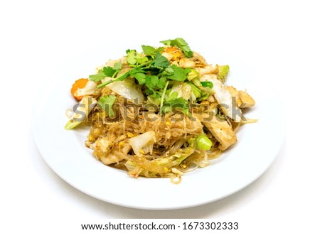 Pad woon sen is a particularly delicious Thai noodle dish. Woon sen are thin glass noodles made of rice or bean.They're typically stir-fried with meat, vegetables, sauces and egg. Zdjęcia stock ©