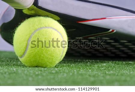 Paddle racket protecting ball
