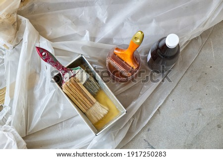 Paint Brush in the Plastic Jar contained Lacquer Prepared for Wooden Door Lacquering. Foto stock ©