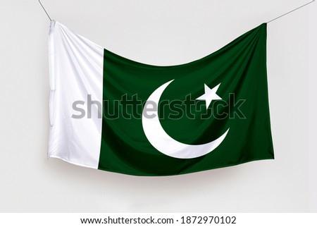 Pakistan Bayrağını Asmak. Translation: Hanging the Pakistan Flag, isolated Stok fotoğraf ©
