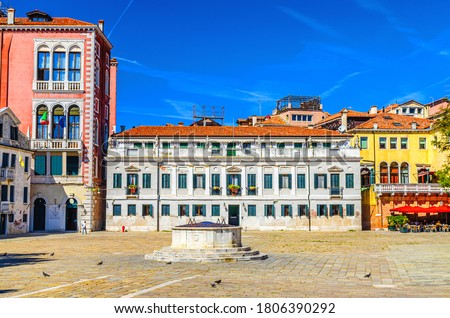 Palace buildings and stone well on Campo San Polo square in Venice historical city centre, blue sky background in summer day, Veneto Region, Northern Italy Foto stock ©
