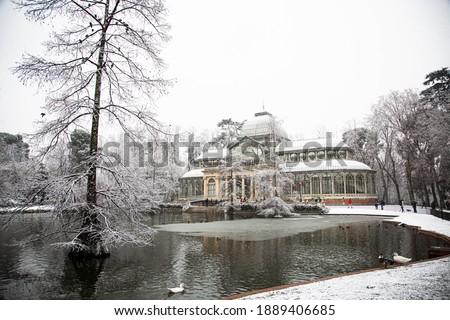 Palacio de Cristal under the snow in El Retiro Park, in Madrid. January 2021 Foto stock ©