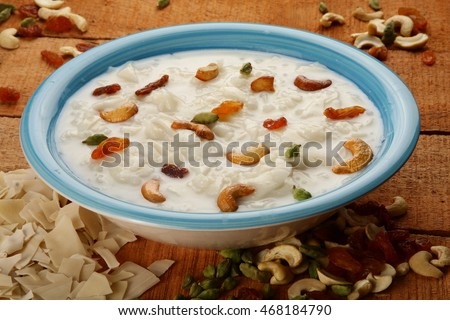 Palada payasam-a delicious  dessert  made with  rice, milk. sugar and dry fruits,South Indian cuisine, served n traditional brass pot,Shallow depth of field photograph. Foto stock ©