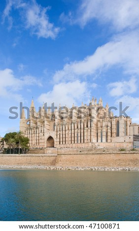 Palma de Mallorca; view over water feature  towars the cathedral La Seu