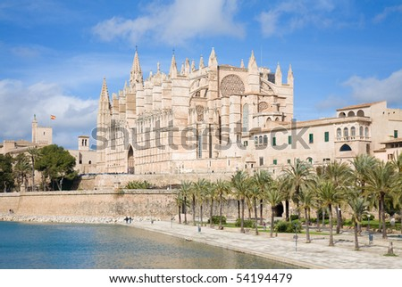 Palma de Mallorca; view over water feature; towars the cathedral La Seu;