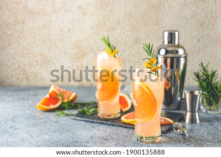 Paloma cocktail tequila fresh grapefruit juice combined and rosemary. Festive drink is ideal for brunch, parties and holidays. Foto stock ©