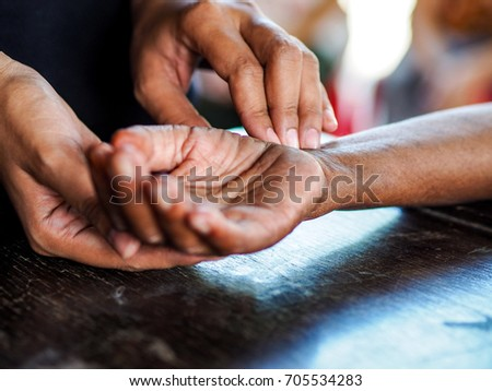 palpation pulse rate on the wrist by fingers. Foto stock ©