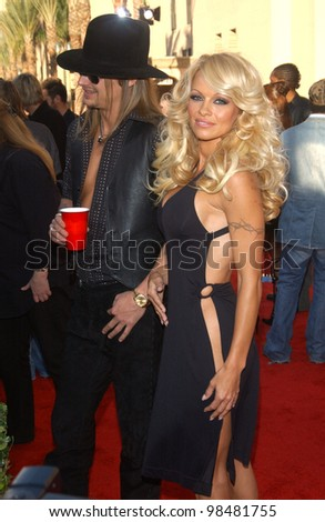 PAMELA ANDERSON & KID ROCK at the 31st Annual American Music Awards in Los Angeles. November 16, 2003  Paul Smith / Featureflash