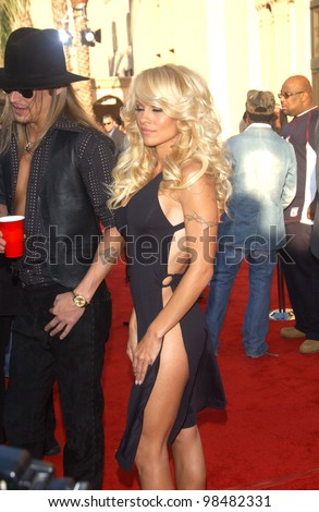 PAMELA ANDERSON & KID ROCK at the 31st Annual American Music Awards in Los Angeles. November 16, 2003  Paul Smith / Featureflash - stock photo