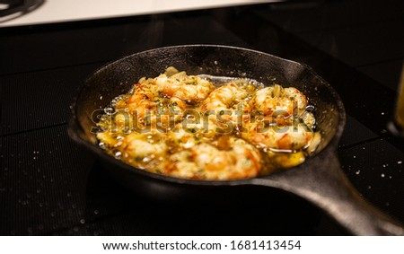 Pan-fried shrimp in garlic oil (Gambas al Ajillo), a popular Spanish appetizer served in a traditional cast-iron pan Foto d'archivio ©