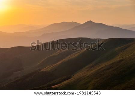 Panorama from the top of Tarnica to the peaks of Szeroki Wierch, Połonina Caryńska, Wetlińska and Wielka Rawka, the highest peaks of the Bieszczady Mountains, sunset of the Bieszczady Mountains,  Zdjęcia stock ©