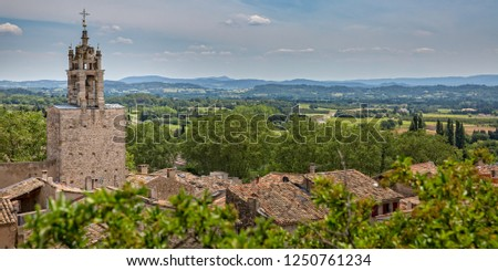 Panorama Luberon. Charming village Cucuron overlooking the Luberon and the surrounding mountains, Provence, Luberon, Vaucluse, France