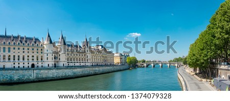 Panorama of Castle Conciergerie - former royal palace and prison. Conciergerie located on the west of the Cite Island and today it is part of larger complex known as Palais de Justice. Paris, Franc Photo stock ©