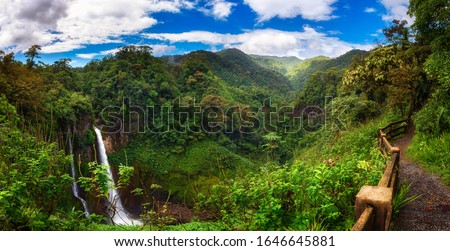 Panorama of the Catarata del Toro waterfall in Costa Rica with surrounding mountains. This waterfall is located in Juan Castro Blanco National Park on the Toro Amarillo River and is 90m high. Stockfoto ©