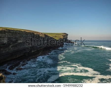 Panorama view of biscay sea ocean steep rocky cliff coast shore landscape Punta de la Rebollera at Molino de Bolao Tonanes Alfoz de Lloredo, Cantabria Spain Europe Foto stock ©