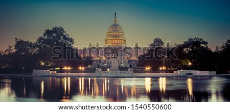 Panoramic image of the Capitol of the United States with the capitol reflecting pool in morning light. Foto stock ©