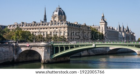 Panoramic landscape view of the Conciergerie (French Revolution Prison), Tribunal de Commerce (Commercial Court) and Notre Dame bridge over the Seine River in Paris, France Photo stock ©