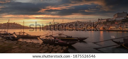 Panoramic of Porto cityscape in sunset with river on the front and wine carrier ship in  foreground and city of Porto in background, Portugal. Stock foto ©