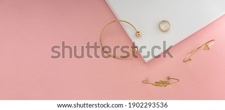 panoramic shot of golden jewelries on pink background with copy space Foto stock ©