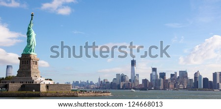 Panoramic skyline of Manhattan with the Statue of Liberty in New York City, US