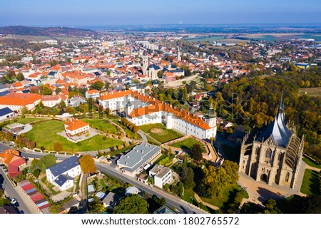 Panoramic view from drone of Czech town of Kutna Hora overlooking medieval Jesuit College and St. Barbara Cathedral on sunny autumn day, Central Bohemian Region.. Foto stock ©