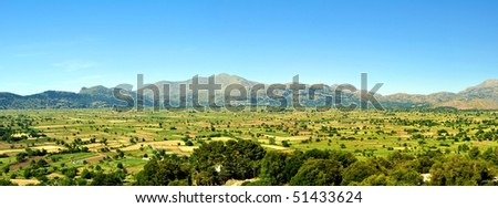 Panoramic view of a fertile plateau.