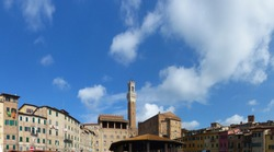 Panoramic view of Piazza del Mercato. At the end, Palazzo Pubblico and Torre del Mangia. Siena, la Toscana, Italy.